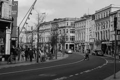 人们购物在黄柏的帕特里克街上的,商店的,街道执行者,餐馆大街;拍摄在黑白照片 免版税库存照片