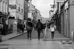 人们购物在黄柏的帕特里克街上的,商店的,街道执行者,餐馆大街;拍摄在黑白照片 库存照片