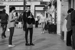 人们购物在黄柏的帕特里克街上的,商店的,街道执行者,餐馆大街;拍摄在黑白照片 图库摄影