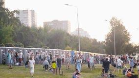 人们走和谈话在夏天露天音乐节的洗手间附近 股票录像