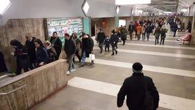 人们走在一个地下火车站里面在布加勒斯特 股票视频