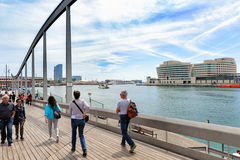 人们走在散步靠近巴塞罗那镇海港  库存图片