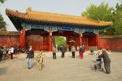 人们输入到景山公园门在北京,中国 免版税库存照片