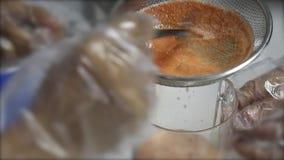 人们过滤在滤锅的汁液到投手 股票录像