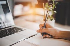 人们递使用铅笔画和注意关于笔记薄 手提电脑和小植物罐元素 E 库存图片