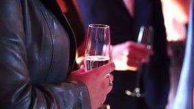 人们采取杯香槟在党 股票录像