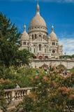 人们,树, Sacre Coeur大教堂门面的圆顶在巴黎 免版税库存图片