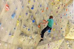 人们bouldering在一个上升的大厅里的-室内运动 免版税库存图片
