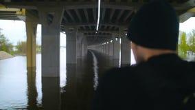 人休息在桥梁下 影视素材