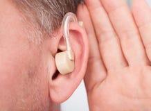 人佩带的助听器 免版税库存照片