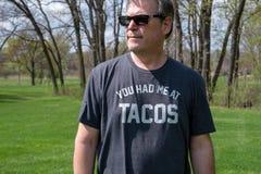 人佩带的炸玉米饼T恤杉 免版税图库摄影