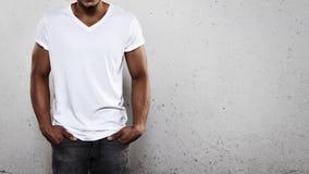 年轻人佩带的白色T恤杉 图库摄影