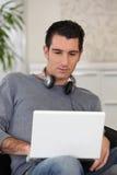 人佩带的耳机 免版税图库摄影