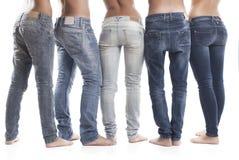人佩带的蓝色牛仔裤的低部分 图库摄影