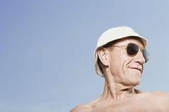 人佩带的sunhat和太阳镜 免版税库存图片