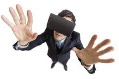 年轻人佩带虚拟现实耳机 在视图之上 背景查出的白色 免版税库存图片