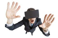 年轻人佩带虚拟现实耳机 顶视图 背景查出的白色 免版税库存图片