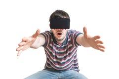 人佩带3D虚拟现实耳机 背景查出的白色 免版税库存照片