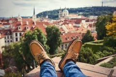 人佩带brownleather的` s脚在老镇穿上鞋子放松在屋顶 免版税图库摄影