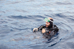 年轻人佩戴水肺的潜水 库存图片