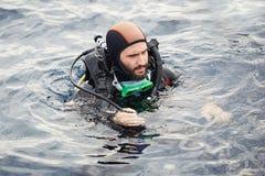 年轻人佩戴水肺的潜水 免版税库存图片