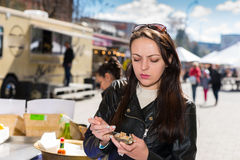 年轻人使拿着一只唯一新鲜的被打开的牡蛎的妇女生气 免版税图库摄影