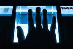 人使用一台指纹扫描器 能为生物测定学或cybersecurity概念使用 免版税图库摄影