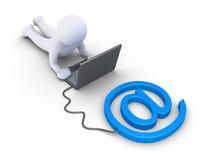 人使用一台计算机被连接到电子邮件标志 库存照片