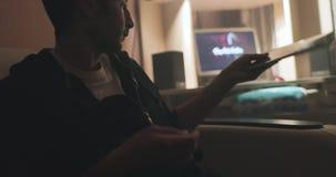 人使用他的电子小配件 影视素材
