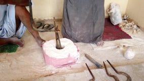 人使用古老工具赢得什么的中心将成为一个石花瓶 影视素材
