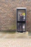 人使用和英国电话箱子 免版税库存图片