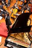 人使用在一个古典音乐音乐会的,瓷 免版税库存照片