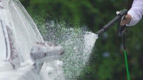 人使用泡沫的和喷水开枪清洗汽车,车维修业务 股票录像
