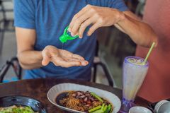 人使用洗涤的` s手递消毒剂胶凝体泵浦分配器 库存照片