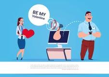 人使用社会媒介巧妙的电话和计算机,与拷贝空间的蓝色背景的Woman Be My Valentine参议员消息 免版税库存图片
