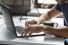 人使用膝上型计算机 免版税库存图片