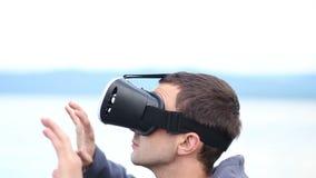 人使用虚拟现实玻璃反对天空和风景 股票视频