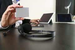人使用VOIP耳机的和展示id用数字式片剂和l标记 免版税库存图片
