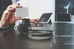 人使用VOIP耳机的和展示id用数字式片剂和l标记 免版税库存照片
