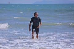 人保温潜水服海洋 库存图片