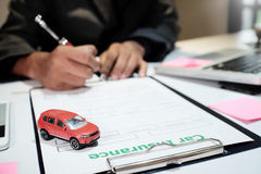 人保险经纪人提议保护您的汽车 库存照片