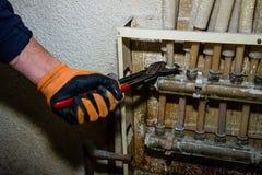 人修理与板钳煤气管 库存图片