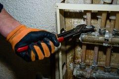 人修理与板钳煤气管 免版税图库摄影