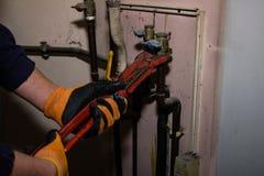人修理与板钳煤气管 免版税库存图片