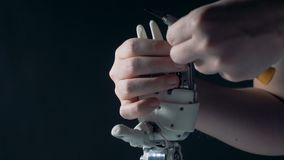 人修理利用仿生学的手,关闭  影视素材
