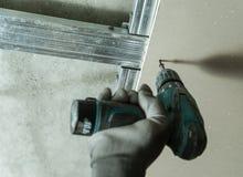 人修理干式墙 免版税库存照片