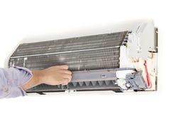 人修理空调器 免版税库存图片