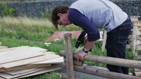 人修造木篱芭 股票录像