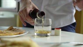 人倾吐的科涅克白兰地或威士忌酒 股票录像