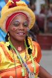 年轻人假装的微笑的舞蹈家女孩 免版税图库摄影